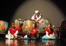 Koreanischer Ausführender, der traditionelles Musikinstrument spielt lizenzfreie stockfotos