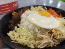 Koreanischer Bibimbap auf dem Zischen der Platte stockfotografie