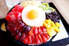 Koreanischer Nachtisch - Bing soo oder Eisschneeflocke mit frischer Milch in Korea-Art lizenzfreie stockfotos