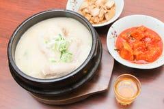 Koreanischer Teller - Samgyetang (Ginseng-Hühnersuppe) - Reihe 3 Stockbilder