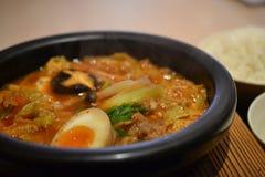 Koreanisches Arteintopfgericht jjige, stonepot, chinesische Zartheit, asiatische Nahrung lizenzfreie stockfotos