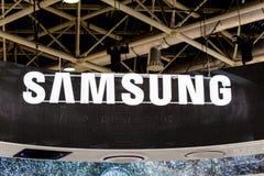 Koreanisches Zeichen Samsungs-Logos Firmenauf der Wand stockbild