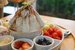 Koreansk öken för söt bingsu med frukter, melon, jordgubbar, blåbär, vattenmelon, icecream fotografering för bildbyråer