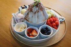 Koreansk öken för söt bingsu med frukter, melon, jordgubbar, blåbär, vattenmelon, icecream arkivfoton
