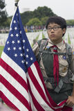 Koreansk amerikan Boyscout och USA-flagga på den Memorial Day händelsen 2014, Los Angeles nationell kyrkogård, Kalifornien, USA Royaltyfri Foto