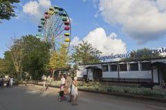 Koreansk borggård för pariserhjul och för kafé i Frunze Park i semesterortstaden av Evpatoria, Krim royaltyfria foton