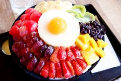 Koreansk efterr?tt - bingsooen eller issn?flingan med nytt mj?lkar i Korea stil royaltyfria foton