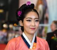 Koreansk flickastående under orientalisk festival i Genua, Italien fotografering för bildbyråer