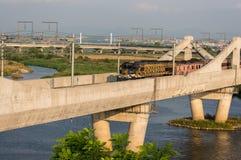 Koreansk lokomotiv på en bro Royaltyfri Foto