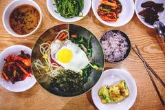 Koreansk matställe, en uppsättning av flera disk, med ris Royaltyfria Bilder