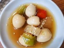 Koreansk matstil, den bästa sikten av soya bräserade vaktelägg med gurkan arkivfoto