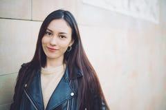 Koreansk närbild för ung kvinna som ser kamerale och mummel Fotografering för Bildbyråer