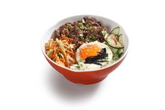 Koreansk nötköttbunke med ägget arkivfoto