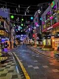 Koreansk shoppa gata på natten royaltyfria bilder