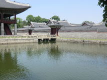 Koreansk slottbyggnad för Lakeside i Seoul Royaltyfri Fotografi