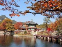 Koreansk traditionell arkitekturGyeongbokgung slott royaltyfri fotografi