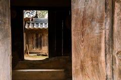 Koreansk traditionell trädörr i det Cheongpung kulturarvkomplexet, Korea Royaltyfri Bild