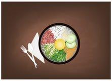 Koreanska blandade ris med kött, grönsaker och ägget på den svart tavlan royaltyfri illustrationer