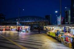 Koreanska gatuförsäljare med den Dongdaemun plazaen, DDP, Seoul, Sydkorea nattsikt Arkivfoto