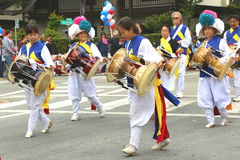 Koreanska handelsresande i färgrik traditionell klänning royaltyfri bild