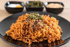 koreanska kryddiga ögonblickliga nudlar royaltyfria bilder