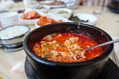 Koreanska kryddiga jjigae för tofusoppasundubu i en varm kruka arkivfoton