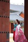 Koreanska kvinnor i hanbok på den Changdeokgung slotten Royaltyfria Foton