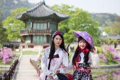 Koreanska kvinnor som bär Hanbok på Gyeongbokgung slotts paviljong, Seoul Sydkorea Royaltyfria Bilder