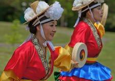 Koreanska kvinnor som dansar på kulturell beröm Royaltyfria Bilder