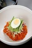 Koreanska nudlar med ägg, koreansk kokkonst arkivfoto