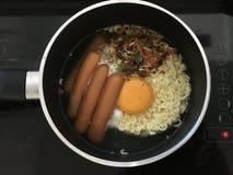 Koreanska nudlar som lagar mat i krukan royaltyfri fotografi