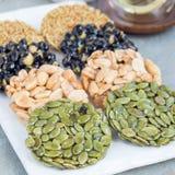 Koreanska traditionella söta mellanmål med jordnötter, pumpafrö, bla Royaltyfri Fotografi