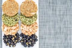Koreanska traditionella söta mellanmål med jordnötter, pumpafrö, svarta sojabönor och kinesisk bovete Bästa sikt som är horisonta Royaltyfri Bild