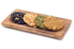 Koreanska traditionella söta mellanmål med jordnötter, pumpafrö, svarta sojabönor och kinesisk bovete på träplattan som isoleras Arkivbilder