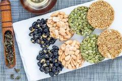 Koreanska traditionella söta mellanmål med jordnötter, pumpafrö, svarta sojabönor och kinesisk bovete Sunda energimellanmål Top b Royaltyfria Foton