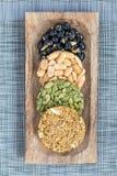 Koreanska traditionella söta mellanmål med jordnötter, pumpafrö, svarta sojabönor och kinesisk bovete Sunda energimellanmål Top b Arkivfoton