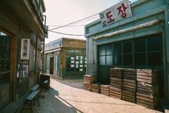 Koreanskt gammalt lager och gata i den Jangsaengpo byn från 60-tal till 70-tal Arkivfoto