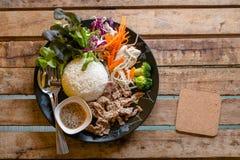 Koreanskt stilgriskött som stekas med ris Arkivbilder