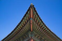 Koreanskt traditionellt tak med bakgrund för blå himmel Arkivbild
