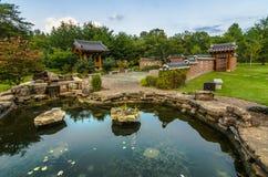 Koreanträdgård, reflexionsdamm arkivbilder
