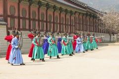 Koreańskiego żołnierza rocznika kostiumowa praktyka wokoło Gyeongbokgung kumpel Zdjęcie Stock