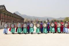 Koreańskiego żołnierza rocznika kostiumowa praktyka wokoło Gyeongbokgung kumpel Obrazy Stock