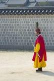 Koreańskiego żołnierza rocznika kostiumowa praktyka wokoło Gyeongbokgung kumpel Obrazy Royalty Free
