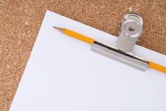 korek na papierowego paperclip surfac biały ołówkowym Zdjęcie Royalty Free