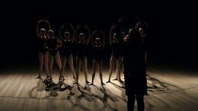 Koreografen undervisar barn baletten i mörker stock video