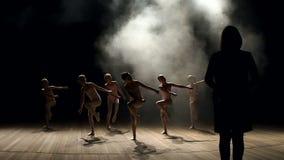 Koreografen undervisar barn baletten i mörker arkivfilmer