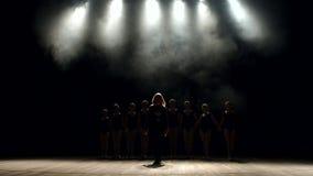 Koreografen undervisar barn baletten på etapp lager videofilmer