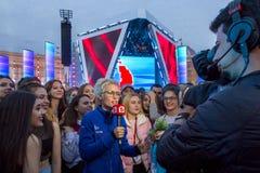 Korespondent daje wywiadowi przy koncertem obraz royalty free
