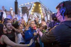 Korespondent daje wywiadowi przy koncertem obraz stock