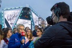 Korespondent daje wywiadowi przy koncertem fotografia royalty free